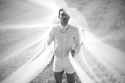"""Rick Jurthe als FOXOS mit seiner Debüt-EP """"Fables"""""""