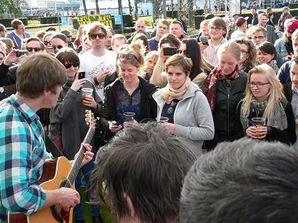 We Invented Paris stehen im Publikum und geben einen Song zum Besten; Credit: Alina Felder