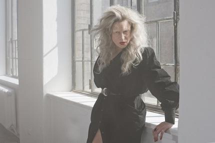 Ankathie Koi mit ihrer Debüt-EP; Credit: Lucia Bartl