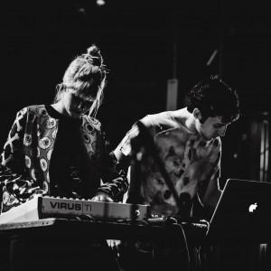 Aus Perth: Das Synth-Pop Duo Lilt; Fotocredit: Brandon Davies Photography