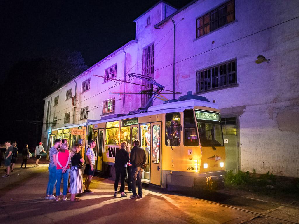SNNTG-Festival: ein zauberhaftes Szenario mit alten Gebäuden, Retro-Straßenbahnen und Licht-Arrangement