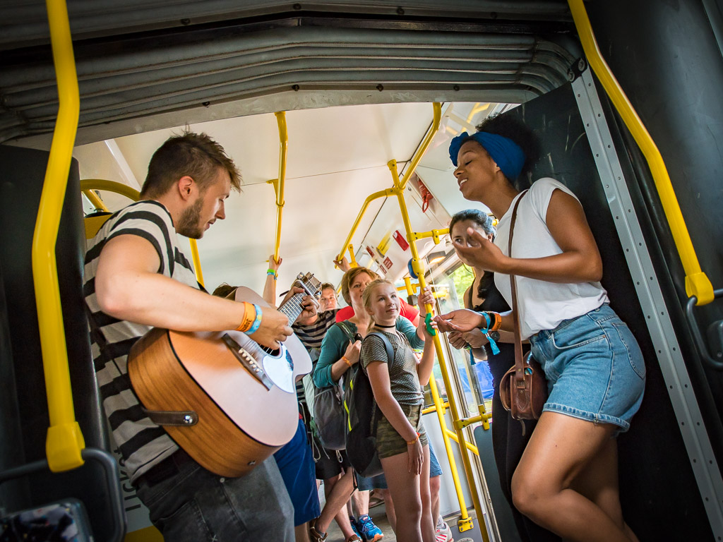 SNNTG-Festival: selbst die kurzen Fahrten in den alten Straßenbahnen werden für Live-Musik genutzt