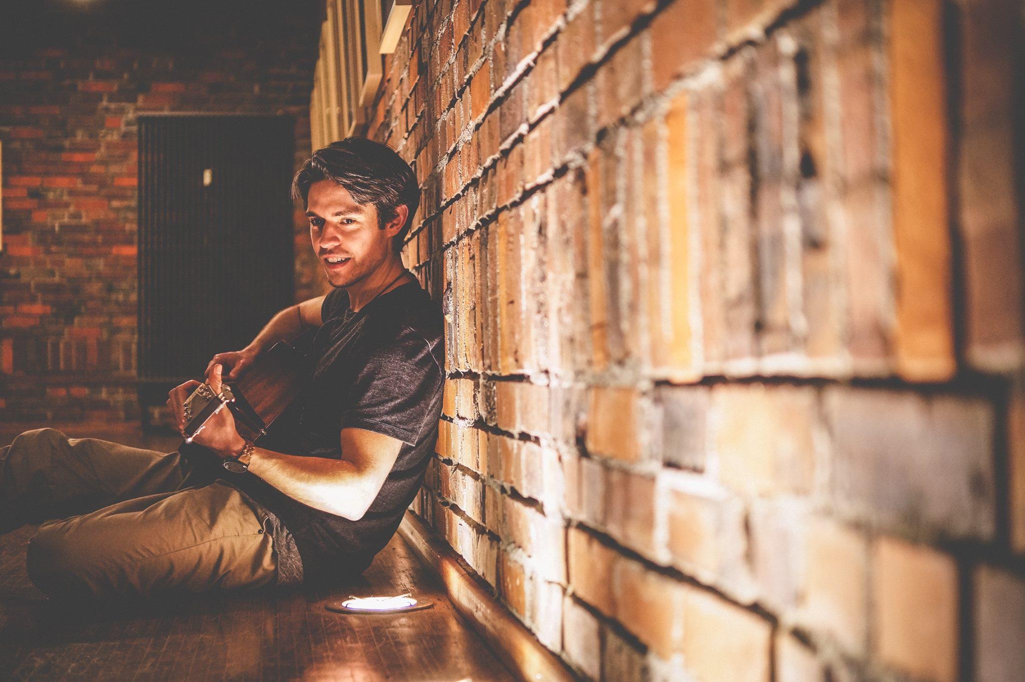 Der Singer-Songwriter Sascha Zemke alias Unknown Neighbour beeindruckt mit charismatischen Indie-Folk