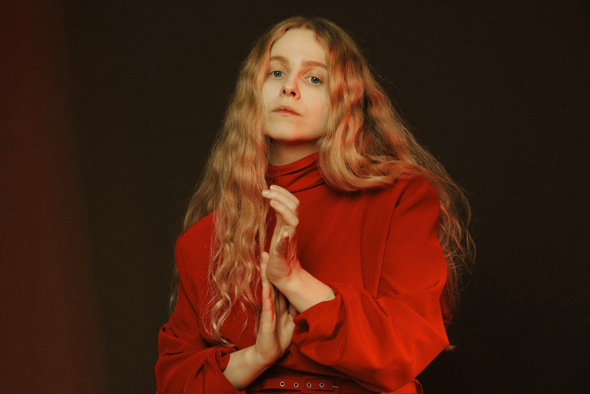 """Die junge Künstlerin Moyka aus Norwegen überrascht auf Ihrer neuen EP """"Spaces"""" mit charismatischem Pop (Foto-Credit Hildur Agustsdottir)"""
