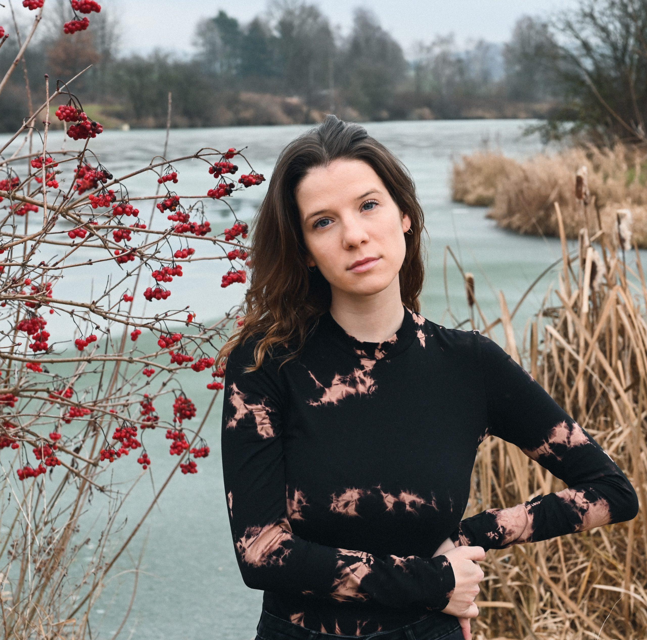"""Mit ihrer neuen Single """"Rosehips"""" möchte A.VJU / Anna Lachhammer nahtlos an dem Erfolg des letzten Songs anknüpfen"""